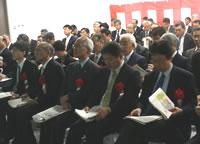 尾﨑副理事長(右から3人目)はじめ多数のコンソーシアム関係者が出席